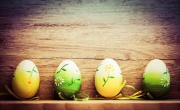 κάρτα Πάσχας με τα αυγά και ιτιά γατών στο αγροτικό ξύλινο backgrou Στοκ εικόνες με δικαίωμα ελεύθερης χρήσης