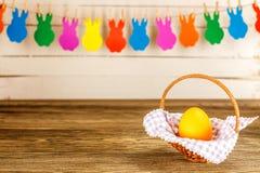 κάρτα Πάσχα Γιρλάντα για Πάσχα στο ξύλινο υπόβαθρο, αυγό Πάσχας Στοκ Εικόνες