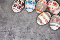 κάρτα Πάσχα ευτυχές Ζωηρόχρωμα λαμπρά αυγά Πάσχας στο γκρίζο ξύλινο επιτραπέζιο υπόβαθρο Διάστημα αντιγράφων για το κείμενο Στοκ Φωτογραφίες
