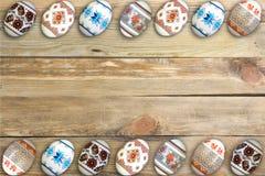 κάρτα Πάσχα ευτυχές Ζωηρόχρωμα λαμπρά αυγά Πάσχας στο ξύλινο επιτραπέζιο υπόβαθρο Διάστημα αντιγράφων για το κείμενο Στοκ Εικόνα