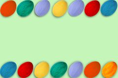 κάρτα Πάσχα ευτυχές Ζωηρόχρωμα λαμπρά αυγά Πάσχας στο πράσινο ξύλινο επιτραπέζιο υπόβαθρο Διάστημα αντιγράφων για το κείμενο Στοκ Φωτογραφία
