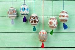 κάρτα Πάσχα ευτυχές Ζωηρόχρωμα λαμπρά αυγά Πάσχας στο πράσινο ξύλινο επιτραπέζιο υπόβαθρο Διάστημα αντιγράφων για το κείμενο Στοκ Εικόνες