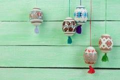κάρτα Πάσχα ευτυχές Ζωηρόχρωμα λαμπρά αυγά Πάσχας στο πράσινο ξύλινο επιτραπέζιο υπόβαθρο Διάστημα αντιγράφων για το κείμενο Στοκ Εικόνα