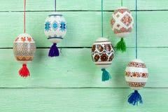 κάρτα Πάσχα ευτυχές Ζωηρόχρωμα λαμπρά αυγά Πάσχας στο πράσινο ξύλινο επιτραπέζιο υπόβαθρο Διάστημα αντιγράφων για το κείμενο Στοκ Φωτογραφίες