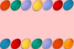 κάρτα Πάσχα ευτυχές Ζωηρόχρωμα λαμπρά αυγά Πάσχας στο ρόδινο υπόβαθρο Διάστημα αντιγράφων για το κείμενο Στοκ φωτογραφίες με δικαίωμα ελεύθερης χρήσης