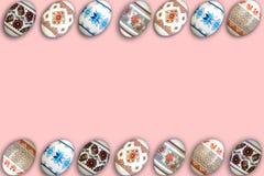 κάρτα Πάσχα ευτυχές Ζωηρόχρωμα λαμπρά αυγά Πάσχας στο ρόδινο υπόβαθρο Διάστημα αντιγράφων για το κείμενο Στοκ Εικόνες