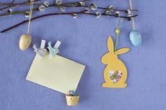 κάρτα Πάσχα Κλάδοι ιτιών με τα αυγά και το λαγουδάκι διακοσμήσεων Στοκ εικόνα με δικαίωμα ελεύθερης χρήσης
