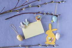 κάρτα Πάσχα Κλάδοι ιτιών με τα αυγά και το λαγουδάκι διακοσμήσεων Στοκ φωτογραφία με δικαίωμα ελεύθερης χρήσης