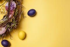 κάρτα Πάσχα Χρωματισμένα αυγά Πάσχας στη φωλιά στο κίτρινο υπόβαθρο Στοκ εικόνες με δικαίωμα ελεύθερης χρήσης