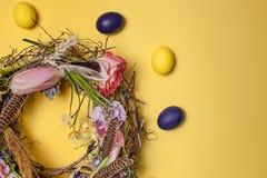 κάρτα Πάσχα Χρωματισμένα αυγά Πάσχας στη φωλιά στο κίτρινο υπόβαθρο Στοκ φωτογραφίες με δικαίωμα ελεύθερης χρήσης