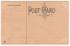 1910 κάρτα πίσω με την αποτυπωμένη σε ανάγλυφο καρδιά Στοκ Εικόνες