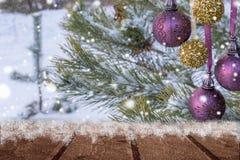 κάρτα πρωινού παγετού που απεικονίζεται να λάμψει ποταμών πάχνης ηλιόλουστος χειμώνας δέντρων ήλιων χιονιού τα Χριστούγεννα διακο Στοκ Φωτογραφίες