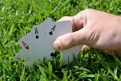Κάρτα πόκερ στη χλόη Στοκ Εικόνες