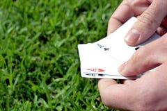 Κάρτα πόκερ στη χλόη Στοκ εικόνες με δικαίωμα ελεύθερης χρήσης