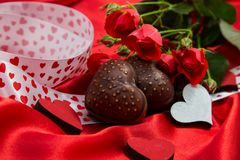 Κάρτα στην ημέρα του ιερού βαλεντίνου με τις καρδιές μπισκότων chevala, πέταγμα Στοκ φωτογραφίες με δικαίωμα ελεύθερης χρήσης