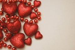 Κάρτα στο ST Valentine& x27 ημέρα του s Κόκκινες χάντρες, καρδιές Ουδέτερο υπόβαθρο με το διάστημα αντιγράφων Στοκ Εικόνες
