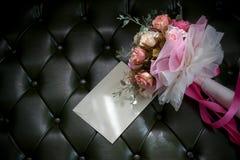 Κάρτα φακέλων και ανθοδέσμη λουλουδιών στο σκούρο πράσινο λιβάδι Στοκ εικόνα με δικαίωμα ελεύθερης χρήσης