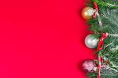 Κάρτα χαιρετισμών Χριστουγέννων, κόκκινο υπόβαθρο Στοκ Φωτογραφίες