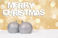 Κάρτα Χαρούμενα Χριστούγεννας με την ασημένια διακόσμηση και το χιόνι σφαιρών Στοκ φωτογραφία με δικαίωμα ελεύθερης χρήσης