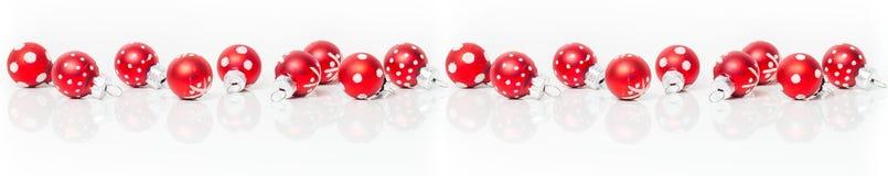 Κάρτα Χριστουγέννων, έμβλημα, κόκκινα μπιχλιμπίδια Στοκ Φωτογραφίες