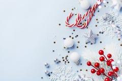 Κάρτα Χριστουγέννων ή έμβλημα Ασημένιες διακοσμήσεις Χριστουγέννων στο μπλε υπόβαθρο στοκ εικόνες με δικαίωμα ελεύθερης χρήσης