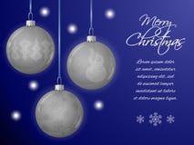 Κάρτα Χριστουγέννων ή οριζόντιο έμβλημα με τα ασημένια κρεμαστά κοσμήματα με μορφή μιας σφαίρας Διακοσμημένος με snowflakes, δέντ Στοκ Φωτογραφίες
