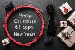 Κάρτα Χριστουγέννων για τους αγαπημένους αυτούς, το σύγχρονα τηλέφωνο και το μήνυμα Στοκ Εικόνες