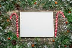 Κάρτα Χριστουγέννων διακοπών με το δέντρο έλατου και εορταστικό bal διακοσμήσεων απεικόνιση αποθεμάτων