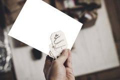 Κάρτα Χριστουγέννων εκμετάλλευσης χεριών κάρτα Χριστουγέννων με το διάστημα για το κείμενο, Στοκ φωτογραφία με δικαίωμα ελεύθερης χρήσης