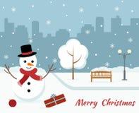 Κάρτα Χριστουγέννων με έναν χαριτωμένο χιονάνθρωπο στο υπόβαθρο πόλεων Στοκ Φωτογραφίες