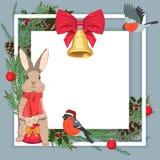 Κάρτα Χριστουγέννων με ένα πολύ χαριτωμένο λαγουδάκι, τα πουλιά και τους κλάδους πεύκων ελεύθερη απεικόνιση δικαιώματος