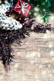 Κάρτα Χριστουγέννων με τα δώρα Χριστουγέννων, κλάδοι δέντρων έλατου, Χριστούγεννα χ Στοκ εικόνες με δικαίωμα ελεύθερης χρήσης