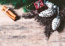 Κάρτα Χριστουγέννων με τα δώρα Χριστουγέννων, κλάδοι δέντρων έλατου, hol Χριστουγέννων Στοκ φωτογραφία με δικαίωμα ελεύθερης χρήσης