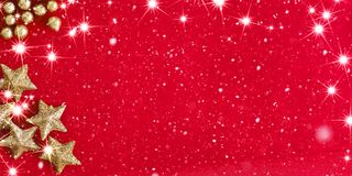 Κάρτα Χριστουγέννων με τα μπιχλιμπίδια και χρυσός κώνος έλατου στο κόκκινο Στοκ φωτογραφία με δικαίωμα ελεύθερης χρήσης
