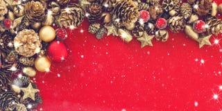Κάρτα Χριστουγέννων με τα μπιχλιμπίδια και χρυσός κώνος έλατου στο κόκκινο Στοκ φωτογραφίες με δικαίωμα ελεύθερης χρήσης