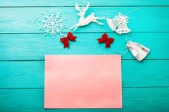 Κάρτα Χριστουγέννων με τα νέα χειμερινά εξαρτήματα έτους Τοπ όψη διάστημα αντιγράφων Χλεύη επάνω τοποθετήστε το κείμενο στοκ φωτογραφία