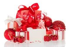 Κάρτα Χριστουγέννων με τα δώρα, τις σφαίρες και tinsel που απομονώνονται σε ένα λευκό Στοκ εικόνες με δικαίωμα ελεύθερης χρήσης