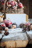 Κάρτα Χριστουγέννων με την άσπρη επιστολή στη σύνθεση στον ξύλινο πίνακα Στοκ Εικόνες