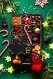 Κάρτα Χριστουγέννων με τη διακόσμηση Χριστουγέννων σε ένα ξύλινο κιβώτιο στοκ εικόνες με δικαίωμα ελεύθερης χρήσης