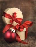 Κάρτα Χριστουγέννων με τη διακόσμηση Χριστουγέννων και τα δώρα Χριστουγέννων Στοκ Εικόνες