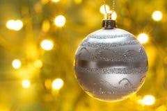 Κάρτα Χριστουγέννων με τη σφαίρα Χριστουγέννων και τα χρυσά φω'τα Στοκ φωτογραφία με δικαίωμα ελεύθερης χρήσης