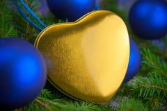 Κάρτα Χριστουγέννων με τη χρυσή καρδιά Στοκ Φωτογραφία
