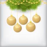 Κάρτα Χριστουγέννων με τις διακοσμημένες κλάδος χρυσές σφαίρες έλατου Στοκ Εικόνες