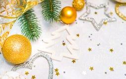 Κάρτα Χριστουγέννων με τις σφαίρες Χριστουγέννων στο αφηρημένο υπόβαθρο, εκλεκτική εστίαση Στοκ φωτογραφίες με δικαίωμα ελεύθερης χρήσης