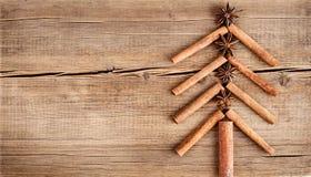 Κάρτα Χριστουγέννων με τις φυσικές διακοσμήσεις στο ξύλινο υπόβαθρο Στοκ φωτογραφία με δικαίωμα ελεύθερης χρήσης