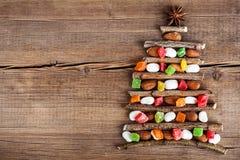 Κάρτα Χριστουγέννων με τις φυσικές διακοσμήσεις στο ξύλινο υπόβαθρο Στοκ εικόνες με δικαίωμα ελεύθερης χρήσης