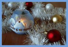 Κάρτα Χριστουγέννων με τις χρωματισμένες σφαίρες Χριστουγέννων Στοκ εικόνα με δικαίωμα ελεύθερης χρήσης