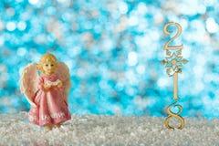 Κάρτα Χριστουγέννων με τον άγγελο Το χιόνι παρασύρει και λογαριάζει το 2018 θαμπάδων Στοκ εικόνα με δικαίωμα ελεύθερης χρήσης