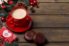 Κάρτα Χριστουγέννων με τον καφέ στο κόκκινο κιβώτιο φλυτζανιών και δώρων Στοκ Φωτογραφίες