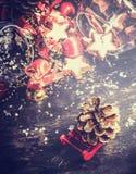 Κάρτα Χριστουγέννων με τον κώνο ελκήθρων και έλατου στο αγροτικό ξύλινο υπόβαθρο Στοκ Φωτογραφίες